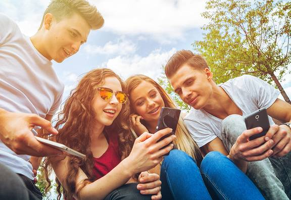 Jugendliche surfen im Netz