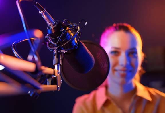 Mädchen sitz im Studio beim Radio