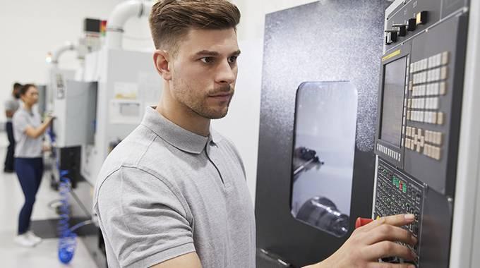 Mechtroniker prüft die Maschine
