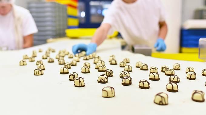 Industriefabrik Lebensmittelherstellung: Fliessband mit Pralinen