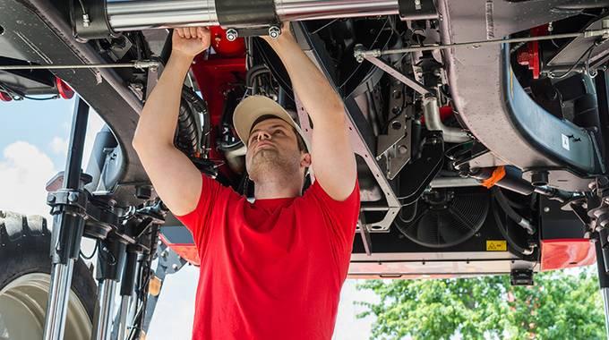 Mechtroniker prüft den Traktor