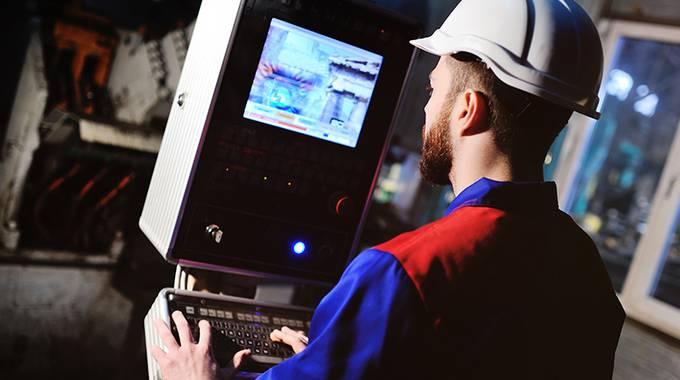 Mann arbeitet an der Maschine über das Cockpit