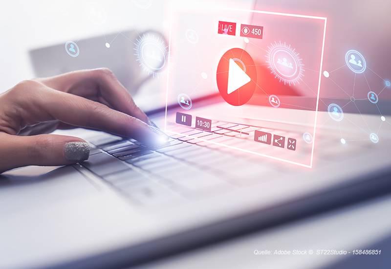 Video wird über Laptop angeschaut.