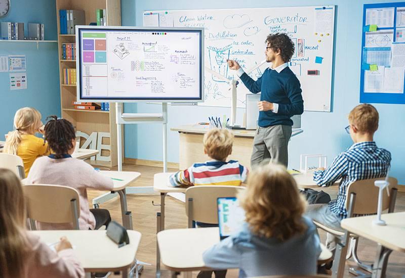 Lehrer unterrichtet Schüler*innen