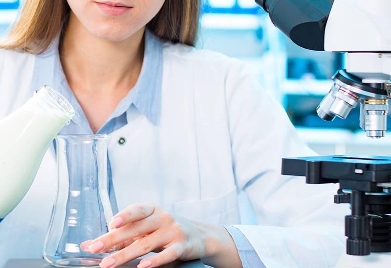 Laborantin untersucht Milch im Labor.