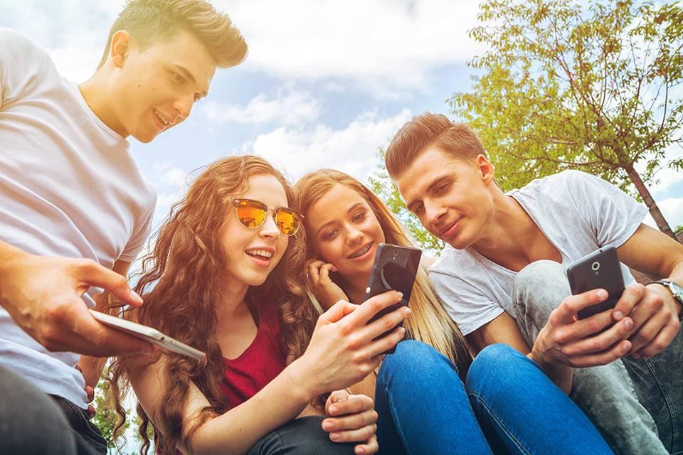 Jugendliche surfen im Netz [(c)Adobe Stock - leszekglasner - 170275290]